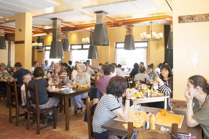 Disfrutando de una buena comida - Pulpería Ruedo Asador